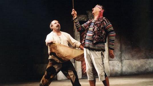 Milan Stehlík (vlevo) a Miroslav Donutil v divadelní hře Sluha dvou pánů