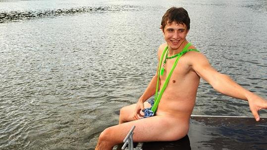 Jakub v Boratových plavkách.