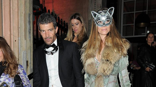 Zatímco představitel Zorra si svou škrabošku sundal, jeho partnerka oslnila v kočičí verzi.