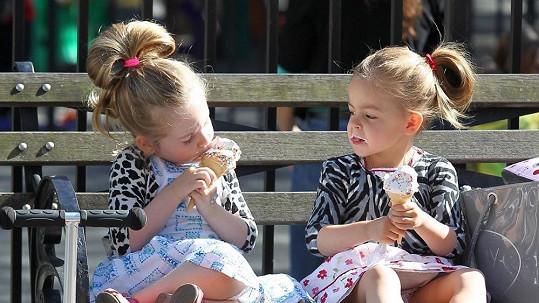 Marion a Tabitha se osvěžovaly zmrzlinou.