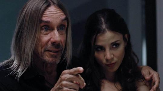 Kacey Barnfield jako rozverná manželka Iggyho Popa...