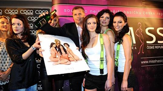 Petr Bendl v obležení mladičkých krásek.