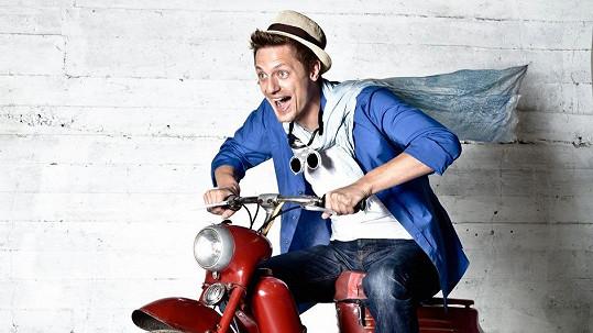 Zpěvák je nadšený ze své motorky.