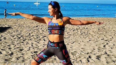Veronika Lálová cvičí jógu na pláži.