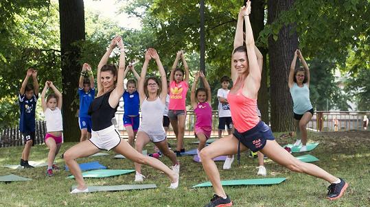 Andrea předcvičovala jógu.