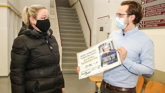 Dominika Gottová předala šek klinice hematologie.