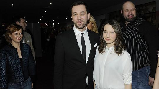 Ondřej Sokol a jeho dcera Ester na premiéře filmu Dvojníci