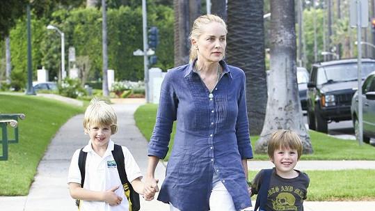 Sharon se svými syny Roanem a Lairdem.