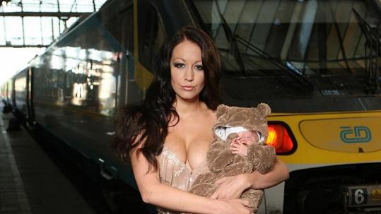 Agáta Hanychová má po porodu prsa číslo 5. A to díky synovi Kryšpínovi.
