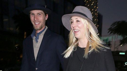 Caley Cuoco a Karl Cook se vzali.
