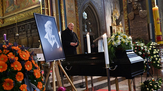 Michal Horáček řeční na pohřbu Petra Hapky.