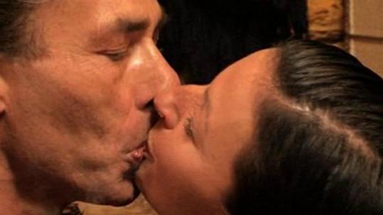 Indián vášnivě líbá Lenku. Dnes už ale dává polibky jiné.