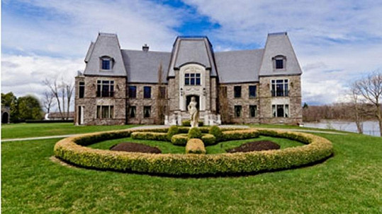 Tuto nemovistost v kanadském Montrealu prodává Celine Dion s manželem.