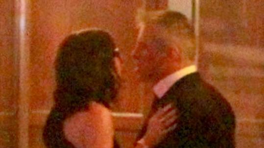 Při objetí došlo i na polibek, ale herec tvrdí, že nejde o nic víc než o přátelství.