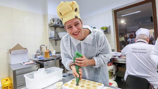 Milan Peroutka si vyzkoušel profesi cukráře.