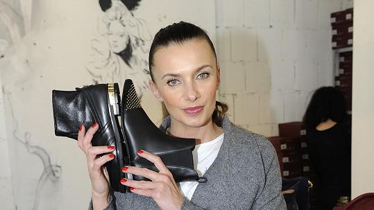 Alice už nosí jenom placaté boty vhodné na vycházky s dětmi a psy.