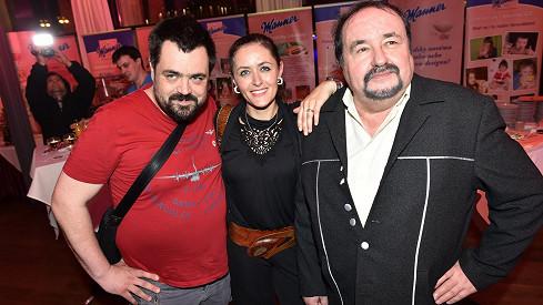 Petr Novotný se synem a jednou z dcer