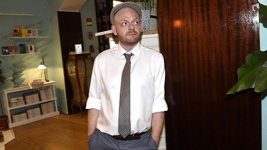 V nové komedii Všechno nebo nic si zahraje homosexuálního prodavače Eda..