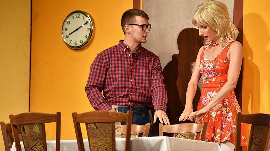 Adela Vinczeová s manželem Viktorem se českému publiku představí ve hře Odchody vlakov v rámci přehlídky Slovenské divadlo v Praze.