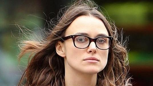 Herečka v sobě ani neslušivými brýlemi krásku nezapře.