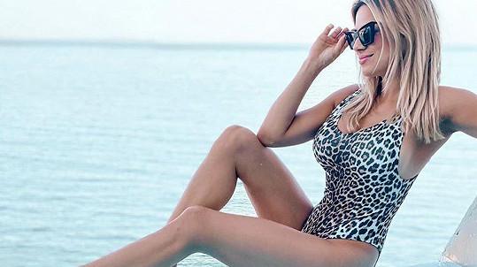 Eva Perkausová se sluní u moře.