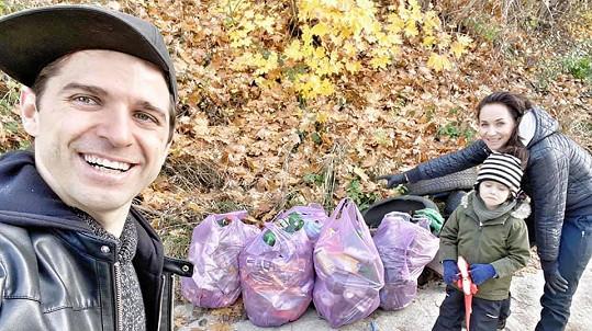 Sandra Nováková s rodinou sbírala v lese odpadky.