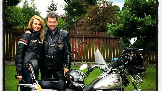 Sandra Parmová si vyjela s tátou na motorce.