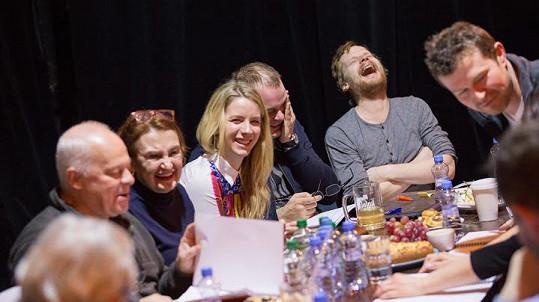 Anna Fixová mezi kolegy na první čtené zkoušce Poprasku na laguně