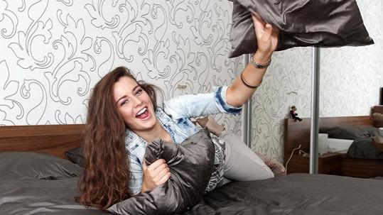 Tereza Chlebovská se rozvalila ve své nové luxusní posteli.