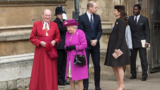 Těhotná Kate, princ William a královna Alžběta na tradiční velikonoční bohoslužbě v Kapli svatého Jiří.