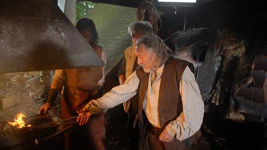 Karel Gott si v pohádce Když draka bolí hlava zahrál kováře.