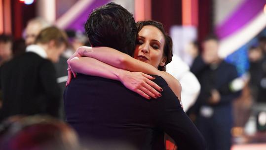Veronika Arichteva po skončení přímého přenosu skočila svému manželovi do náruče.
