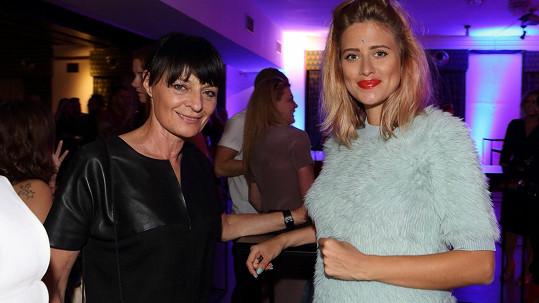 Emma Smetana (vpravo) s návrhářkou Liběnou Rochovou