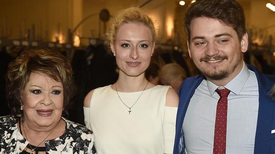 Jiřina Bohdalová dorazila na zahájení Febiofestu v doprovodu vnuka a jeho přítelkyně.