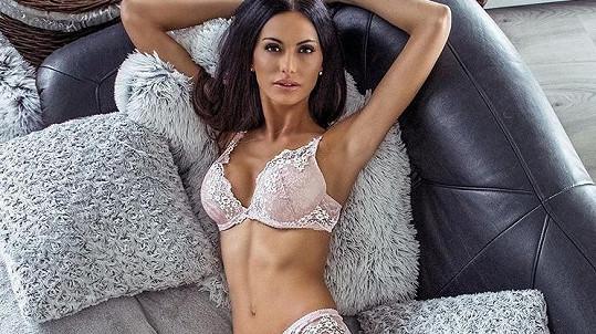 Modelka se vystavila v prádle.
