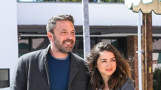 Ben Affleck a Ana de Armas jenom září štěstím.