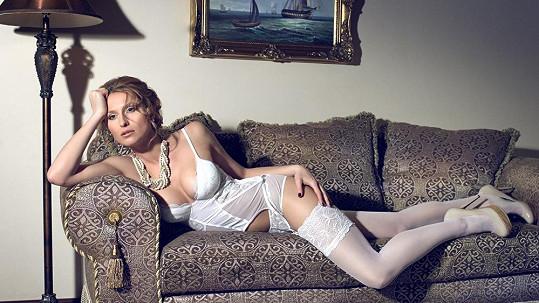 Romana Pavelková pózovala ve svatebním stylu.