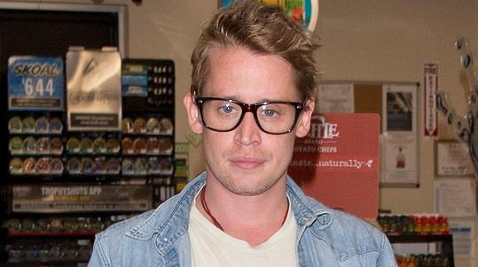 Macaulay Culkin (36) s novým účesem a zdravou tváří