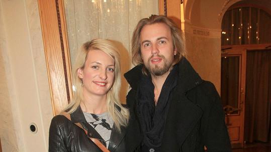 Možná za to mohou Michalovy delší vlasy a vousy, ale o deset let méně než Anně bychom mu netipovali.