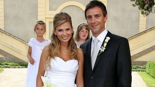 Roman Vojtek na svatební fotce s manželkou Terezou