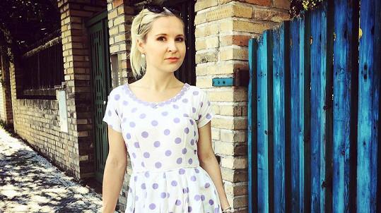 Karolína Hošek v šatech po babičce