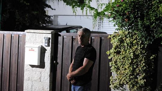 Josefa Rychtáře snímaly kamery před domem v Uhříněvsi.