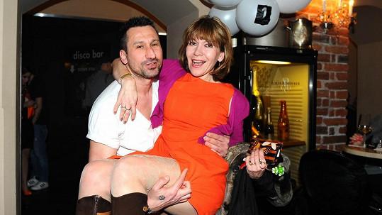 Míša Dolinová předvedla v náruči DJ Uwy svá stehýnka.
