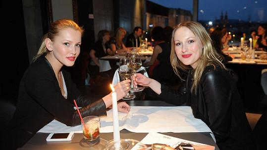 Linda Bartošová (vlevo) se pochlubila stejně krásnou sestrou.