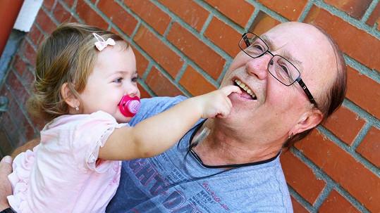 Petr Janda s nejmladší dcerkou Rozárkou