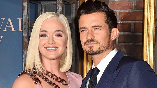 Katy Perry a Orlandu Bloomovi se narodila dcera.