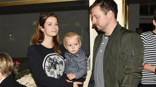 Marika Šoposká se synem Benediktem a manželem Petrem Čechákem