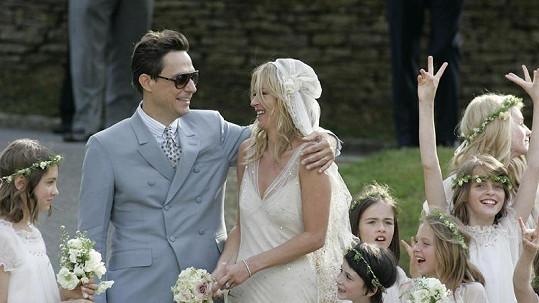 Nevěsta Kate Moss s ženichem Jamie Hincem.