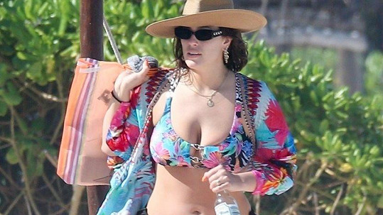 Ashley Graham se ráda ukazuje v plavkách.