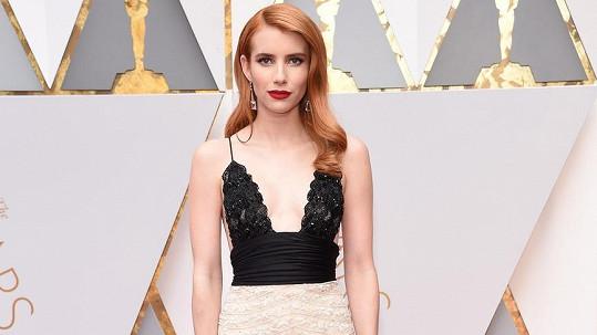 Emma Roberts na červeném koberci před Dolby Theatre